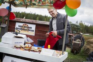 Sune Söderqvist sålde honung från Grubbe biodling.