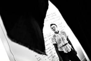 Från Guds perspektiv. Konstnären Sara Lundberg plåtad inifrån en av de klädedräkter som hon har gjort åt gudarna.