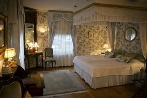 Blommigt. Alla hotellrum har vackra tapeter med dekorationskuddar som matchar perfekt.