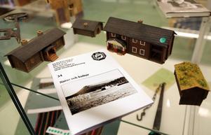 Redaktionsgruppen vid Hede Hembygdsförening har en utställning vid Hede bibliotek. Där kan man även köpa senaste häftet i serien