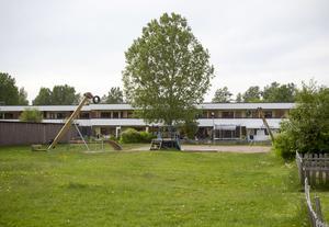 I bostadsområdet Vretas i Valbo misstänks en 10-årig pojke ha blivit knivskuren under måndagsmorgonen. Polisen är förtegen om utredningsarbetet. Den lilla lekparken ligger inte långt från den misstänkta brottsplatsen.
