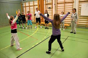Uppvärmning. Felicia Norström och Linn Sundqvist värmer upp sina kompisar med lite dans.