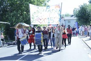 Ett nytt inslag för i år var paraden med utklädda barn och vuxna som dansade fram ackompanjerade av trummor.