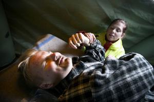 Adine Degent vårdar Mattias Hägglund inne i tältet för smittskydd.