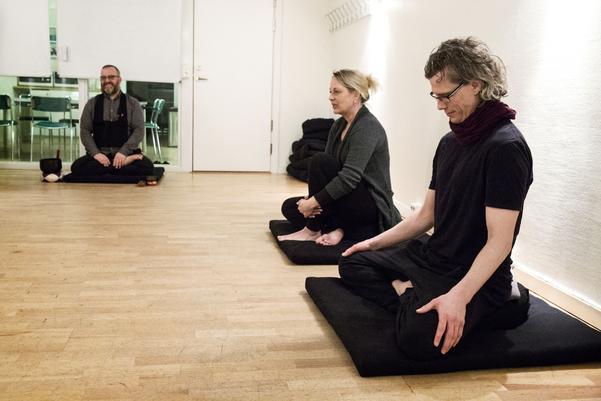 När sittningen börjar vänder sig Virve Leikas och  Joakim Rzepka mot väggen. Meditationen går ut på att bli av med malande tankar, smärta och ångest. Att acceptera och våga närma sig livet precis som det är, stund för stund.