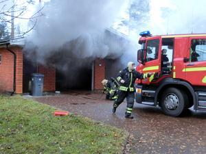 Brandkåren i Mora larmades till en garagebrand i Öna, klockan 14:02 på tisdagseftermiddagen. Foto: Mora Brandkår