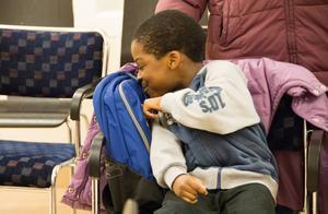 Peace Oni, från Nigeria, var strålande glad och gav sin nya väska en puss.