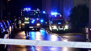 Brandbilar och ambulans i Örnsro under söndagskvällen.
