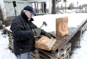 Ralph Öberg skulpterar ansikten i trä. Den som under Vinterfestivalen känner för att hugga lite med yxan kommer få göra det.