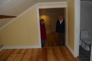 Blandas. Gamla golvbrädor och takbjälkar utanför det nya, modena badrummet. Birgitta och Allan är med rätta stolta över resultatet.