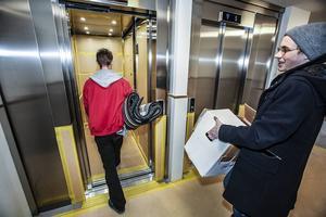 Det finns två hissar i den nybyggda skrapan. Hissarnas yta är tillfälligt skyddad för att inte bli skadad under flyttperioden.