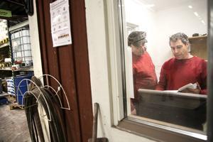 Rolf Elsebjörk och Ralf Björklund i sin röda stuga inne i rödfärgskokeriet