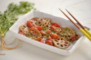 Lotus är en typ av näckros, här friteras roten och serveras med tomat.