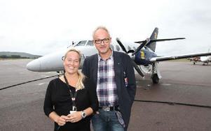 Nu blir det två flygavgångar per dag från Romme till Stockholm. Tezz Tordsdotter Olsson, vd Direktflyg, och Stefan Carlsson, marknadschef vid Dalaflyget är förhoppningsfulla. Foto: Curt Kvicker
