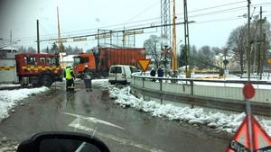 En singelolycka inträffade i centrala Säter, vid järnvägsövergången. En lastbil fastnade i en elledning och  blev sedan kvar på järnvägsspåret.