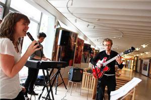 """Elin Ström, Per Geijer och Alexander Hörgren höll till på sjukhuset och spelade någonting """"bluesaktigt""""."""