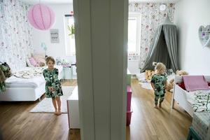 Vägg i vägg. Myra och Lova har varsitt sovrum och ett gemensamt lekrum för lekar som kräver lite mer utrymme.