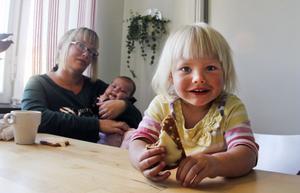 Signe Sandström, 2, käkar lite mellanmål innan leken tar vid. För henne väntar världen med många frestelser i form av godis och datorer och tv medan mamma Linda Sandström är beredd på diskussioner om var gränserna går.