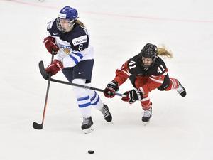 Finlands Jennica Haikarainen mot Kanadas Kelly Terry under semifinalen mellan Kanada och Finland i damernas ishockey-VM i Malmö 2015.