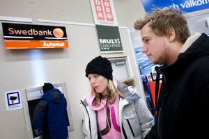 """Sara Eriksson, Östersund, tycker att en avgift på uttag skulle vara bra. """"Men jag tar nästan aldrig ut pengar från bankomaten. Säkerheten med att hantera kontanter är inte så bra, jag tror det är nödvändigt med en avgift"""", säger hon. """"Vissa banker tar ju redan i dag ut en avgift och det är inget jag lider av, säger Thomas Waldau, Östersund som i lördags tog ut pengar på bankomaten på Coop i Lillänge. Foto: Håkan Luthman"""