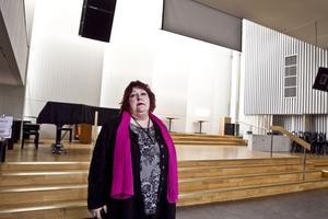 Här i den gamla kyrksalen kan Anette Svedinger-Ericsson ta emot ungefär 200 konferensdeltagare.