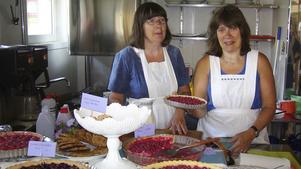 Systrarna Ann och Pia Zetterberg har arrangerat loppisen på Muskö i ungefär 15 års tid. Fotograf: Privat
