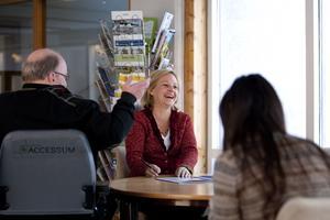 Socialt företag. Skribenten presenterar här Accessums arbete för arbetsmarknadsminister Hillevi Engström.