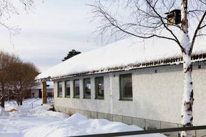 Gamla skolmatsalen ligger i stort sett mitt i byn och är byggd i typisk 1950-talsstil.