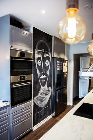 Griffeltavlan är en kul detalj i köket.