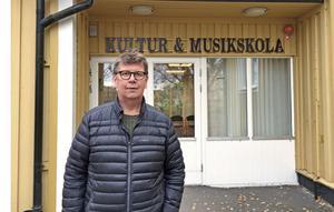 Harry Lehto, kulturenhetschef i Hedemora kommun, driver frågan om att ändra namn från Musikskolan till Kulturskolan. Indikationer på övergången syns redan vid entrén vid Hedemora musikscentrum.
