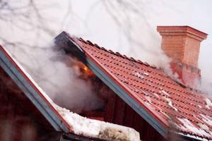 Elden spred sig delvis genom taket vilket gjorde det svårt att komma åt med vatten. Delar av huset blev svårt åtgånget av elden.Foto: Ulrika Andersson