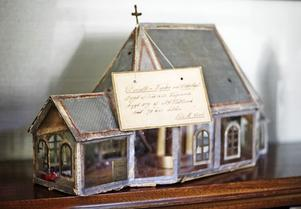 Mycket gammalt hemmabygge. Detta auktionsfynd föreställer Kvistbro kyrka och är tillverkat 1899. Till jul fyller Liz-Beth kyrkan med tomtar.