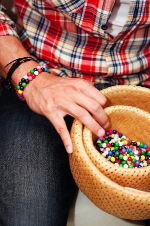 Kläderna sys upp på en fabrik i Estland, men armbanden görs betydligt mer närproducerat. De tillverkar nämligen Douglas Berkö själv.