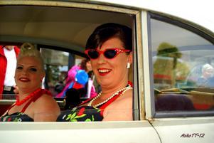 Fina veteranbilar med vackra damer i finatidstypiska frisyrer och kläder lockade utmånga på Hammartorget i Hallsta närClassic Damrally 2012 åkte genom byn...