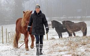 Micaela Åhlberg på Färjans gård i By arbetar med hästar och känner att hon valt rätt. Foto: Eva Högkvist