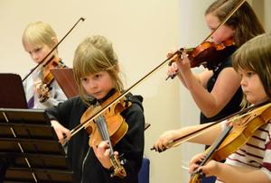 Koncentrerat. Eleverna går helhjärtat in för uppgiften i konserten med Disney-tema. Fr v Oscar Harju, Tindra Norgren, Alexandra Tsupukka och Felicia Lidman.