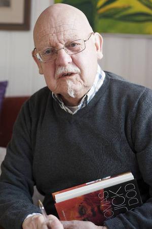 Sten-Ove Bergwall har själv skrivit en bok tillsammans med sin bror Sture Bergwall för några  år sedan. Den heter