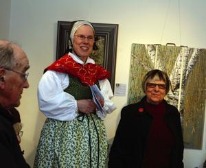Välkomnade. Marie Sjögren, ordförande i Föreningen Konstspaning, välkomnar till årets upplaga av Konstspaning i Säterbygden. Till höger på bilden kulturnämndens ordförande Ann-Britt Grünewald som invigde konstspaningen.