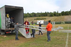Under torsdagen påbörjades bygget av scenen.