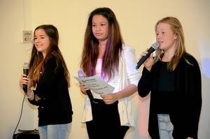 Konferencier. Kimmie Wåtz Berglund, Amilia Kilgren och Wilma Johansson presenterade alla artisterna.