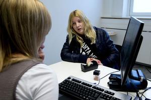 Caroline Backlund har precis kommit hem från studier utomlands. I går träffade hon Elin Sandin, arbetsförmedlare för ungdomar.
