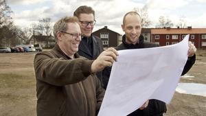 Richard Lind, Hannu Högberg och Tord Johansson tittar på planskisserna över den tilltänkta idrottshallen.