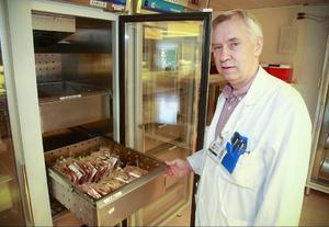 Åke Åkerblom, sjukhuskemist på Östersunds sjukhus, säger att hepatit är den största anledningen till att Läkemedelsverket inte tar emot plasma från homosexuella.