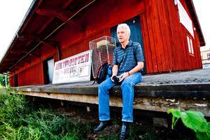 Fotograf Bengt Björkbom anordnar bildutställning i Gnesta. Det är här den på bakre väggen som  bilderna ska hänga.