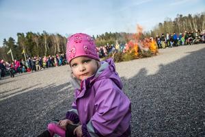 Julia Kyhlberg, 2,5 år, från Nykvarn gillade barnens majbrasa i Enhörna.