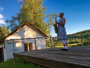 Saxofonisten Kari Sjöstrand på Karisma trädgårdsscen. Foto: Moa Lindstedt.