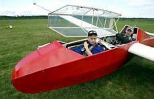 Foto: Leif Jäderberg Orädd. Johan Sandlin, 13 år, tar plats i cockpit. Johan Nauwelaertz de Agé, flyglärare, håller uppsikt.