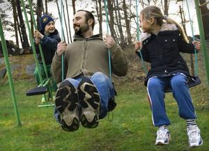 OM BARNEN FÅR BESTÄMMA. Barn vill framför allt prata mer med sina föräldrar, men även sporta, se på tv - och leka. Foto: Claudio Bresciani/Scanpix