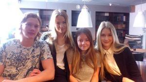 Hampus Larsson, Alma Lindqvist, Malin Jansson och Stina Johansson på Borgarskolan sålde armband och fick in över 8 000 kronor som går till skolprojektet i Kamerun.