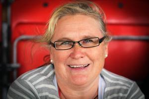 Unni Öien gör sitt tredje år som supporter på Storsjöcupen. Hejar gör hon på sonen som spelar i Nasse IL.